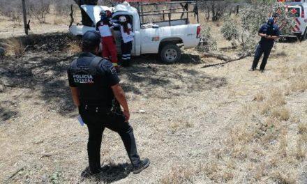 ¡Empleado de la CFE murió tras estrellar una camioneta contra un árbol en Aguascalientes!