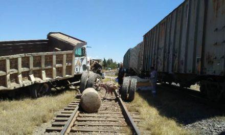 ¡El tren impactó un camión de volteo en Aguascalientes y el chofer resultó lesionado!