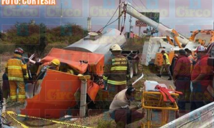 ¡Brutal choque entre una pipa y una camioneta dejó 4 lesionados en Lagos de Moreno!