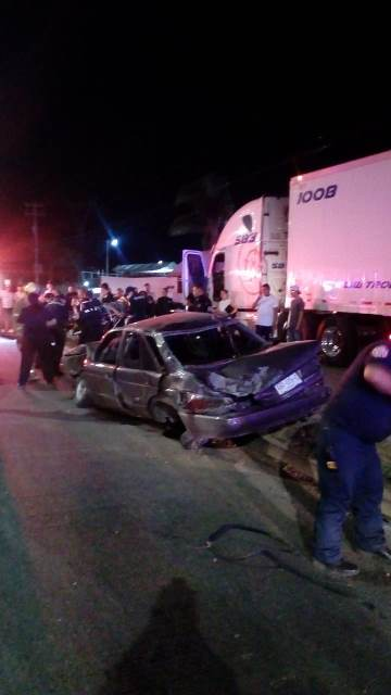¡Auto se estrelló contra un tráiler en Aguascalientes y hubo tres lesionados, uno de ellos grave!