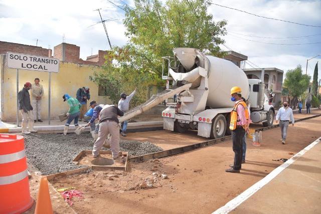 ¡Colocan concreto hidráulico en calle Higinio Chávez en Corral de Barrancos!