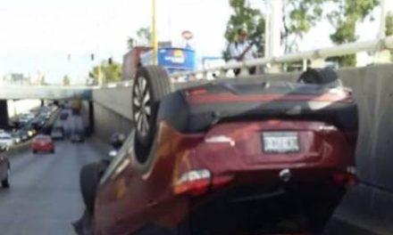 ¡Volcadura de una camioneta en Aguascalientes dejó a una joven lesionada!