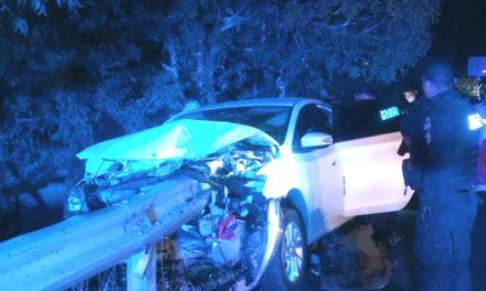 ¡Joven se salvó de morir en Aguascalientes: barrera de contención atravesó su auto!