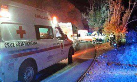 ¡Auto cayó a un desfiladero de 70 metros en Zacatecas: 1 muerto y 2 heridos graves!
