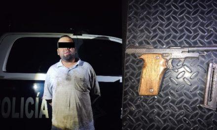 ¡Sujeto estrelló su camioneta contra un árbol en Aguascalientes y fue detenido por traer un arma de fuego!