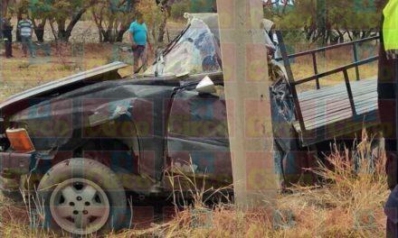 ¡Joven murió tras estrellar su camioneta contra un poste de concreto en Lagos de Moreno!
