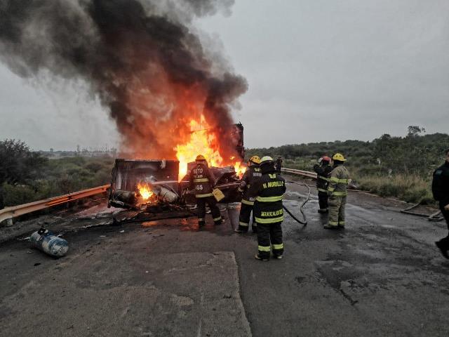 ¡Chofer murió calcinado tras choque e incendio entre una camioneta y un tráiler en Aguascalientes!
