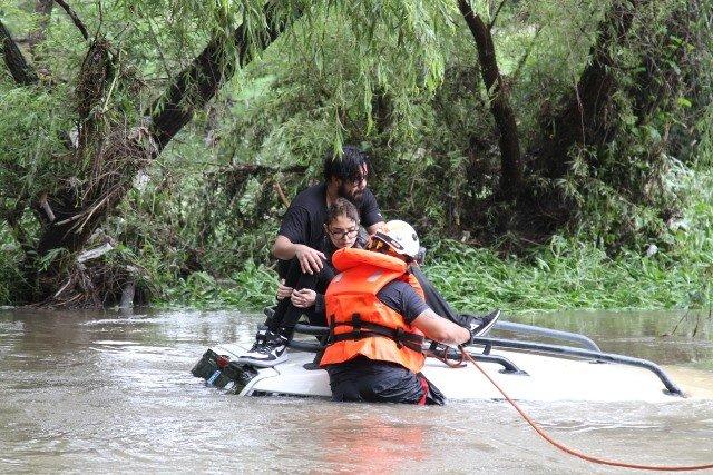 ¡Rescataron a pareja atrapada en el Río San Pedro en Aguascalientes y cuya camioneta fue arrastrada por la corriente!