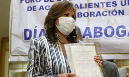 ¡Recibe magistrada presidenta reconocimiento del Foro de Colegios de Abogados de Aguascalientes Unidos!