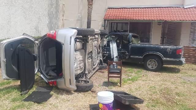 ¡Mujer resultó lesionada tras volcar su auto y chocarlo contra una camioneta en Aguascalientes!
