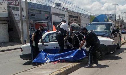 ¡1 muerto y 5 lesionados dejó fuerte choque entre una camioneta y un taxi en Aguascalientes!