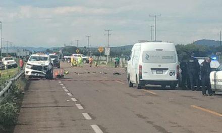 ¡Choque entre camioneta y motocicleta dejó 1 muerto y 1 lesionado en Aguascalientes!