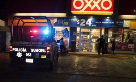 ¡A punta de pistola asaltaron a un hombre afuera de un OXXO en Aguascalientes y le robaron su automóvil!