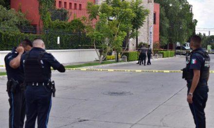 ¡Hallaron a un hombre muerto en una jardinera de un salón de eventos en Aguascalientes!