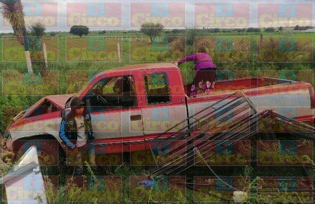 ¡1 muerto y 23 lesionados tras volcadura de camioneta con jornaleros en Fresnillo!