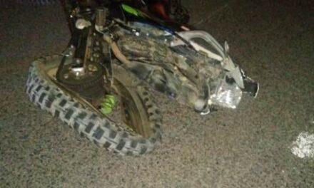 """¡Choque entre auto """"fantasma"""" y una motocicleta en Aguascalientes dejó 1 muerto y 1 lesionado!"""