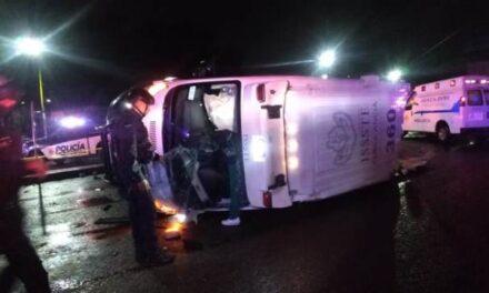 ¡Ambulancia del ISSSTE en Aguascalientes volcó tras ser chocada por una camioneta!