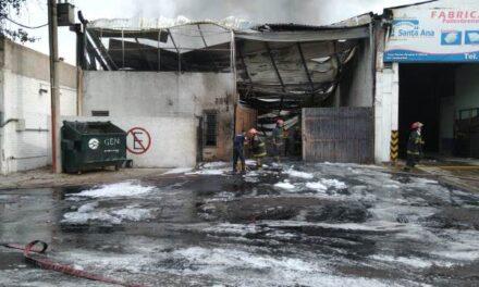 ¡Incendio en una fundidora en Aguascalientes provocó evacuación de más de un millar de empleados de otras fábricas!