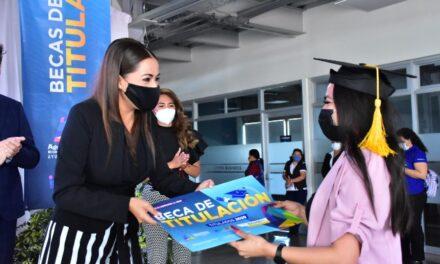 ¡Por segunda ocasión Tere Jiménez apoya a jóvenes para que puedan pagar su titulación!