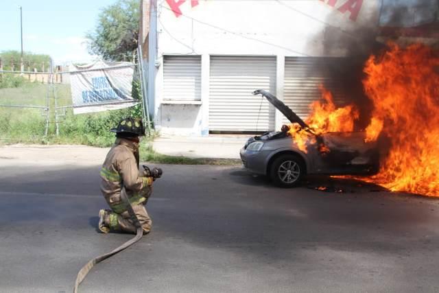 ¡Impresionante incendio de un automóvil en la vía pública en Aguascalientes!