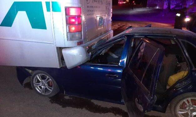 ¡Auto se metió debajo de un camión de transporte de personal en Aguascalientes: 2 lesionados!
