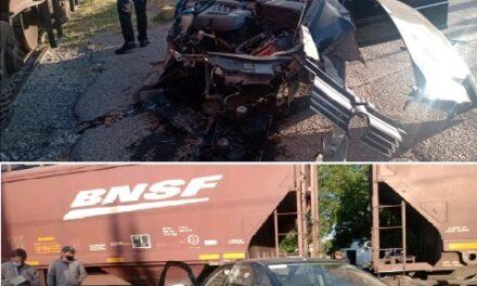 ¡Adulto mayor se salvó de morir en Aguascalientes tras ser embestido en su auto por el tren!