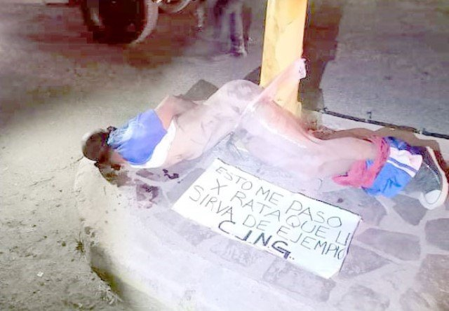 ¡El CJNG torturó y ejecutó a balazos un ladrón y amarró su cuerpo a un poste en Lagos de Moreno!