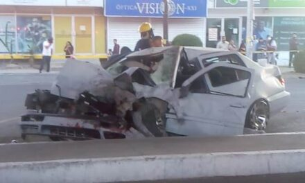 ¡Brutal choque entre un auto y un camión urbano en Aguascalientes: 1 muerto y 5 lesionados!