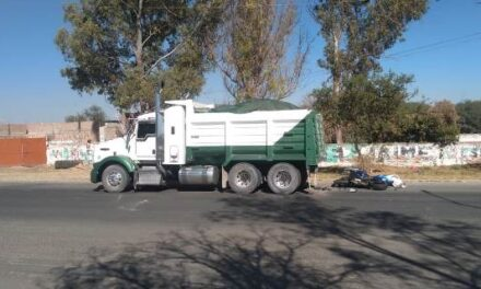 ¡Joven motociclista murió tras estrellarse contra un camión de volteo en Aguascalientes!