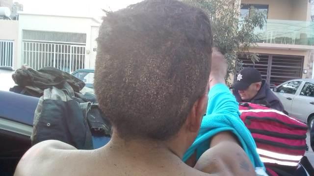 ¡Policías municipales de Aguascalientes rescataron de las llamas a sujeto que le prendió fuego al domicilio en el que habita con su mamá!