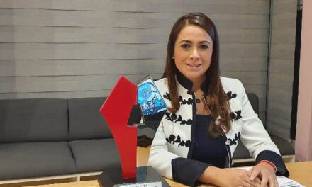 ¡Revista Alcaldes premia a Tere Jiménez por innovadora estrategia digital en el Centro de Atención Municipal!