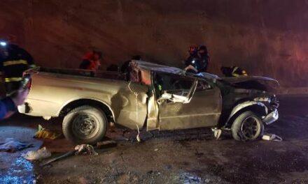 ¡Camioneta cayó desde lo alto de un puente vehicular en Aguascalientes: 1 muerto y 1 lesionado grave!