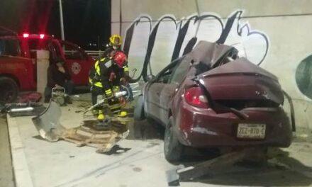 ¡Joven murió tras estrellar su auto contra el muro de un puente en Aguascalientes!