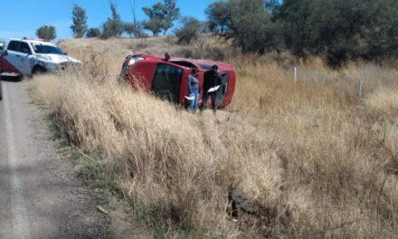 ¡Mujer se mató tras volcar su auto en Aguascalientes por ir manipulando su celular!