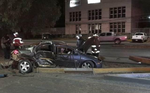 ¡Hombre falleció tras espectacular volcadura de su auto en Zacatecas!