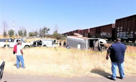 ¡Muere aplastado chofer de camión de transporte público luego de ser embestido por el tren!