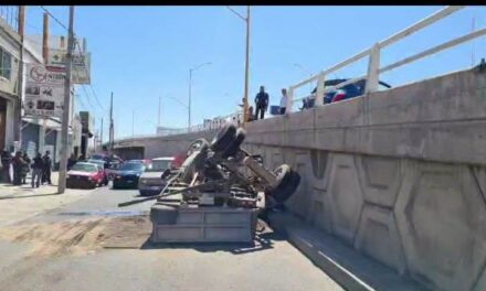 ¡Camioneta chocó contra dos autos y cayó de un puente vehicular en Aguascalientes!
