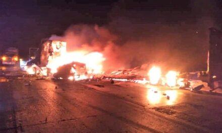 ¡Choferes murieron calcinados tras chocar de frente dos tráileres en Zacatecas!