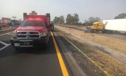¡1 muerta y 1 lesionada tras choque entre auto y tráiler en Encarnación de Díaz!