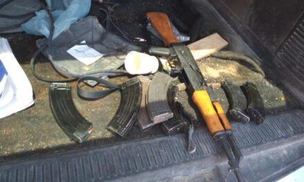¡Militares aseguraron un AK-47, cargadores, cartuchos y 2 vehículos en Encarnación de Díaz!