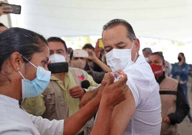 ¡Gobernador Martín Orozco y presidenta del DIF Yolanda Ramírez reciben vacuna contra COVID-19!