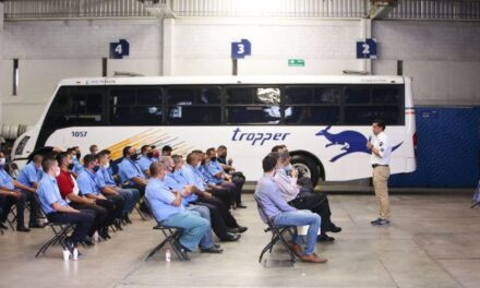 ¡Leo Montañez visitó a trabajadores de Grupo Tropper!