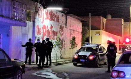 ¡A golpes dos sujetos mataron a un ladrón que se metió a robar a un taller de hojalatería y pintura en Aguascalientes!