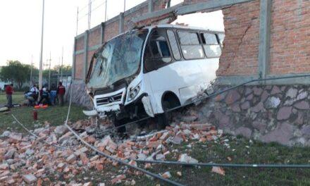 ¡Camión de transporte de personal chocó contra una barda de Nissan I en Aguascalientes: 28 lesionados!