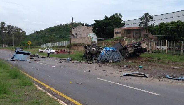¡2 muertos y 1 lesionado tras volcadura de tráiler en Calvillo, Aguascalientes!