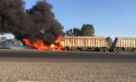 ¡Dos tráileres chocaron y se incendiaron en la carretera San Juan-Lagos de Moreno!