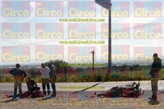 ¡Motociclista resultó lesionado tras estrellarse contra una camioneta en Lagos de Moreno!