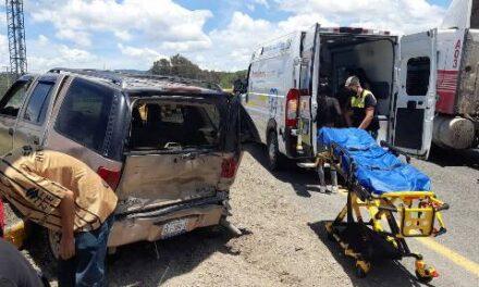 ¡1 menor de edad muerto y 6 lesionados tras choque entre camioneta y tráiler en Lagos de Moreno!