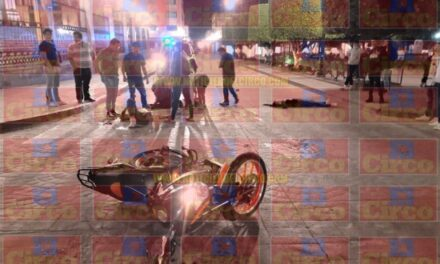 ¡4 jóvenes lesionados dejó choque entre una moto y un auto en Lagos de Moreno!