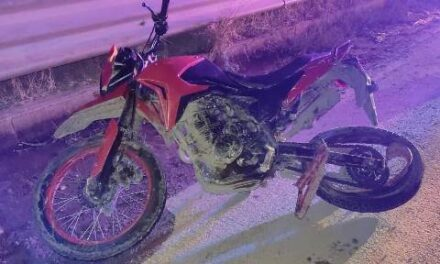 ¡Desigual choque entre un automóvil y una motocicleta dejó un niño muerto y a su mamá lesionada!